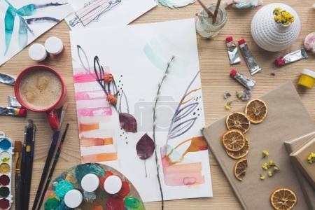 Photo pour Vue du dessus d'esquisses de peintres avec herbier sur une table brune - image libre de droit