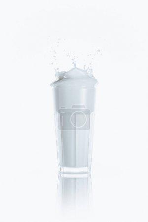 Photo pour Grand verre de lait frais avec splash, sur blanc avec reflet - image libre de droit