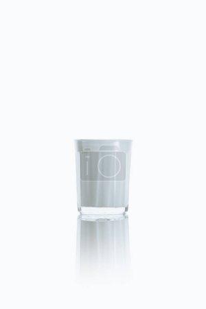 Photo pour Grand verre de lait frais, sur blanc avec reflet - image libre de droit