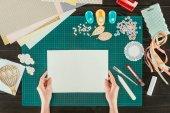 """Постер, картина, фотообои """"обрезанное изображение женщины, держащей в руках белый лист бумаги"""""""