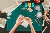 """Постер, картина, фотообои """"обрезанное изображение женщины измерения бумаги для скрапбукинга открытка"""""""
