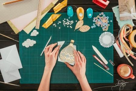Foto de Recortar imagen de la mujer hacer globo bosquejo con papel - Imagen libre de derechos