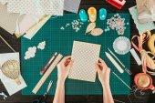 """Постер, картина, фотообои """"обрезанное изображение конструктора Холдинг шаблон для скрапбукинга открытка"""""""