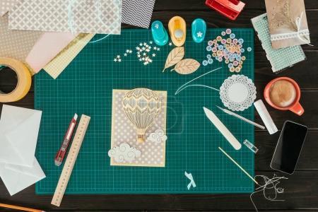 Photo pour Vue du dessus de la carte postale scrapbooking faite à la main sur une table - image libre de droit