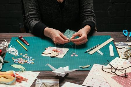 Photo pour Cropped image de femme tenant des paillettes décoratives en mains - image libre de droit