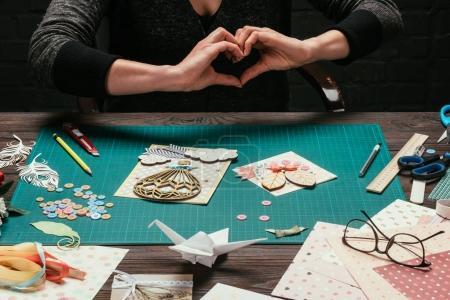 Photo pour Image recadrée de la femme montrant le cœur avec les mains - image libre de droit