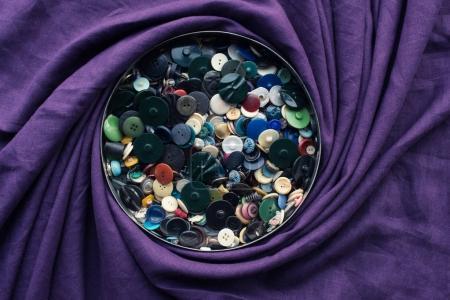 Photo pour Beaucoup de boutons dans la zone de cercle, recouverts de tissu pourpre - image libre de droit