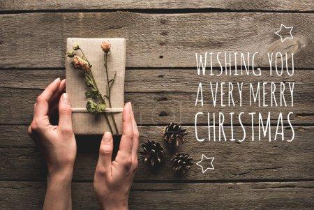 femme tenant le cadeau de Noël