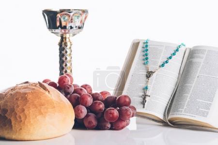 Photo pour Bible sainte ouverte, nourriture, calice et croix chrétienne sur blanc pour la sainte communion - image libre de droit