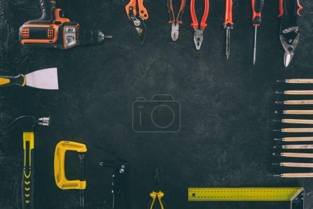 Photo pour Haut de la page vue d'ensemble de l'équipement mécanique sur table sombre - image libre de droit