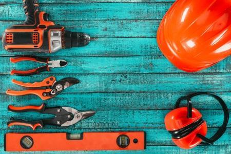flache Verlegung mit verschiedenen Zimmereigeräten auf blauer Holzoberfläche