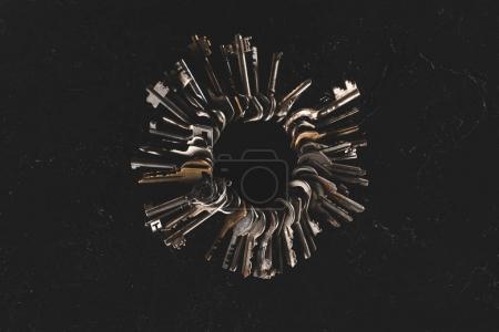 bouquet de la vue de dessus de différentes clés sur le tableau noir
