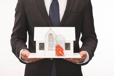 Photo pour Image recadrée de l'homme tenant la maquette de maison avec clé isolé sur blanc - image libre de droit