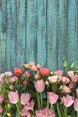 """Постер, картина, фотообои """"вид сверху красивые цветы на зеленом фоне деревянные"""""""
