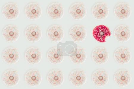 Photo pour Vue de dessus du modèle sans couture avec beignets de blancs et roses isolé sur blanc - image libre de droit