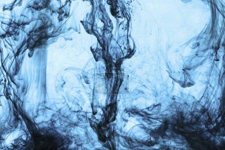 Foto de Fondo con remolinos de pintura azul en agua - Imagen libre de derechos