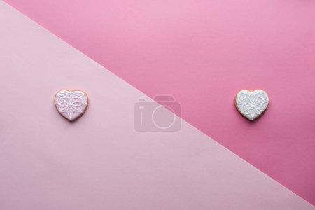 Photo pour Vue d'en haut des biscuits doux en forme de coeur sur rose, concept St Valentin - image libre de droit