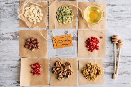 Photo pour Vue de dessus des ingrédients granola avec étiquette sur la cuisson des morceaux de parchemin - image libre de droit