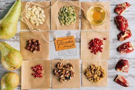 Photo pour Vue de dessus des ingrédients de granola et tag sur table en bois - image libre de droit
