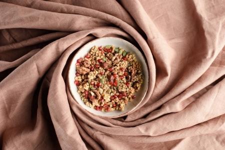 vue de dessus de plaque avec granola maison sur nappe beige