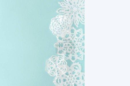 Photo pour Flocons de neige décoratifs de Noël, isolés sur bleu clair avec espace de copie - image libre de droit