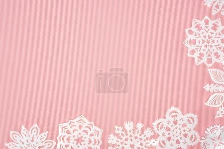 Photo pour Fond de Noël avec des flocons de neige en papier sur rose avec espace de copie - image libre de droit