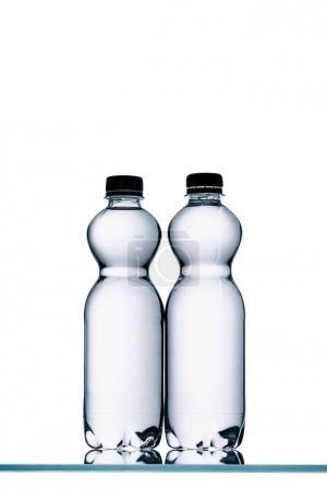 Photo pour Bouteilles d'eau en plastique isolées sur blanc - image libre de droit