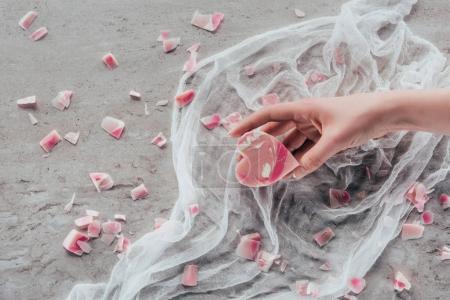 Photo pour Recadrée vue de main féminine avec coeur rose en forme de savon sur gaze blanche sur la surface du marbre - image libre de droit