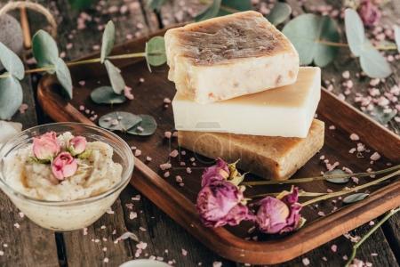 Photo pour Savon naturel fait maison, de roses et de sel de spa sur planche de bois - image libre de droit