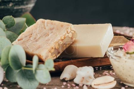 Photo pour Savon naturel fait maison, eucalyptus et le sel pour spa sur planche de bois - image libre de droit