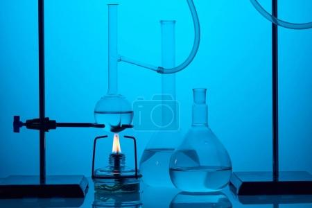 Photo pour Analyse scientifique dans un laboratoire moderne sur bleu - image libre de droit