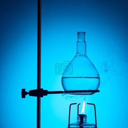 Photo pour Liquide d'échauffement pour essai chimique isolé sur bleu - image libre de droit