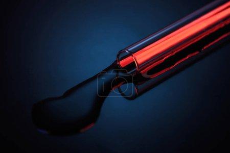Photo pour Liquide renversé du tube de verre sur la table en laboratoire - image libre de droit