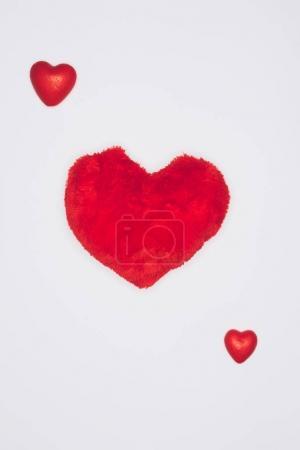 vue de dessus de composition de coeurs rouges isolée sur blanc, st valentin concept