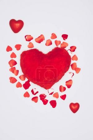 Photo pour Vue de dessus de coussin fourrure en forme de coeur entouré de petits coeurs isolé sur blanc - image libre de droit