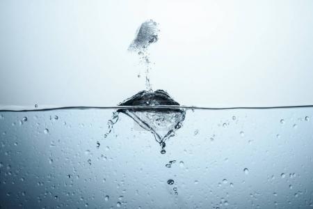 Photo pour Glaçon dans de l'eau pure avec éclaboussure, isolé sur blanc - image libre de droit