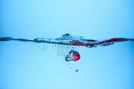 Photo pour Bulles d'eau pure, isolées sur bleu - image libre de droit