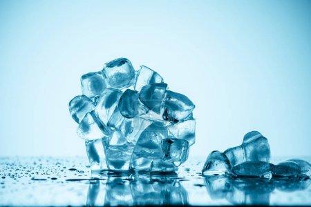 derretimiento de cubitos de hielo en blanco con gotas