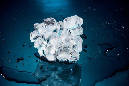 Photo pour Fonte de la glace en cubes sur fond noir avec de l'eau et gouttes - image libre de droit