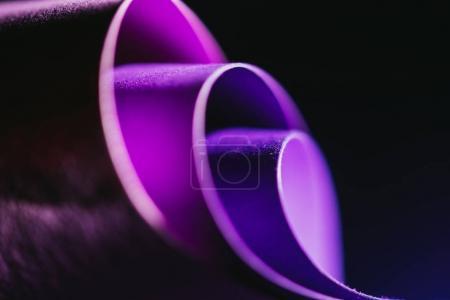 Photo pour Vue rapprochée des arcs de papier violet sur noir - image libre de droit