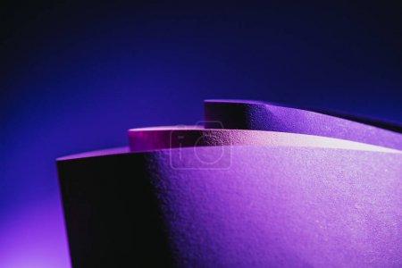 Photo pour Vue rapprochée des arcs de papier violet et rose sur bleu - image libre de droit