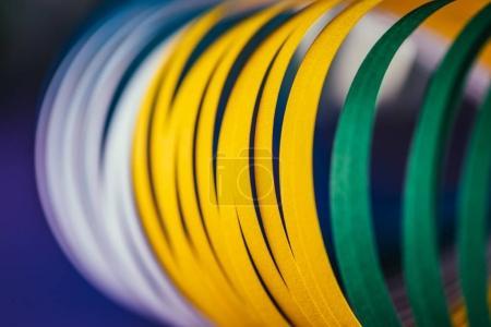 Photo pour Gros plan des courbes blanches, vertes et jaunes sur fond bleu - image libre de droit