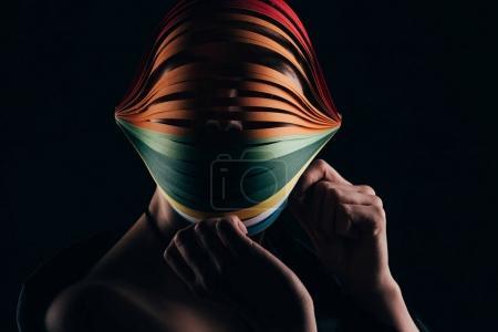 Photo pour Femme vêtue de papier coloré de quilling sur tête isolée sur fond noir - image libre de droit