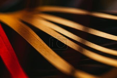 Photo pour Vue rapprochée du papier rayé jaune piquant sur noir - image libre de droit