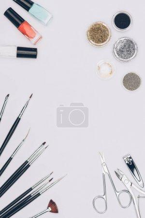 Photo pour Vue de dessus d'outils de manucure et de paillettes isolé sur blanc - image libre de droit