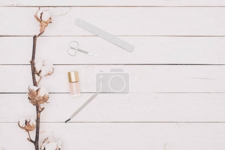 Photo pour Vue de dessus de ciseaux, lime à ongles et vernis à ongles sur la table en bois - image libre de droit