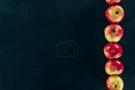 Foto de Vista superior de manzanas frescas dispuestas aisladas en negro - Imagen libre de derechos