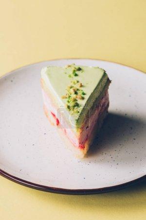 bouchent la vue sur le morceau de gâteau fait maison sur plaque