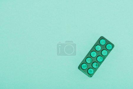 Photo pour Vue de dessus des médicaments isolés sur le vert - image libre de droit