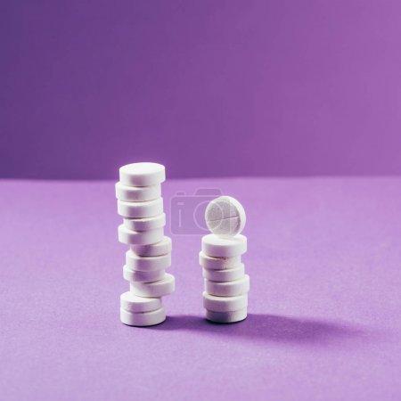 Photo pour Vue rapprochée des pilules disposées sur fond violet - image libre de droit